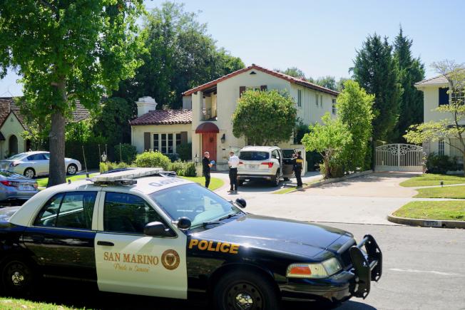 聖瑪利諾市警局警員在案發房屋展開調查。(記者陳開/攝影)