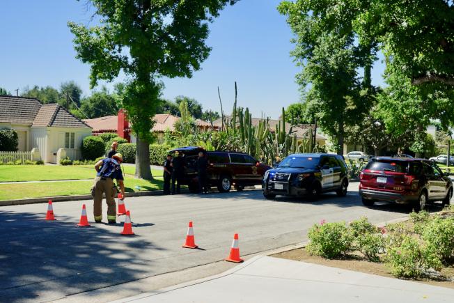 警局12日再度將案發街道封閉展開調查。(記者陳開/攝影)