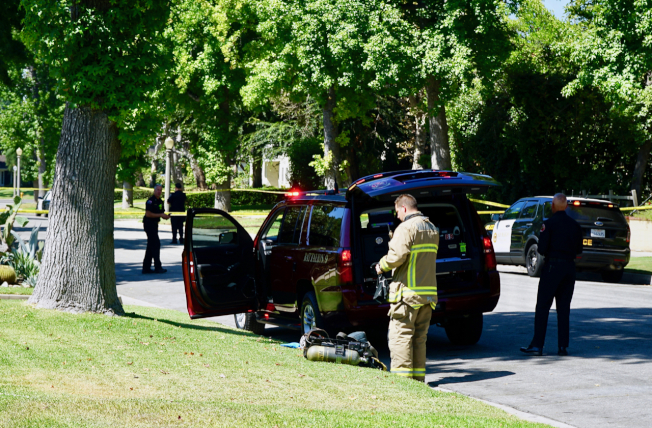 消防員穿著裝備,準備進入案發房屋進行調查。(記者陳開/攝影)