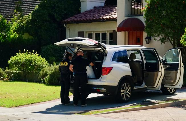 聖瑪利諾市警局警員在嫌犯John Gabriel停放在案發房屋前的車內發現可疑物質。(記者陳開/攝影)