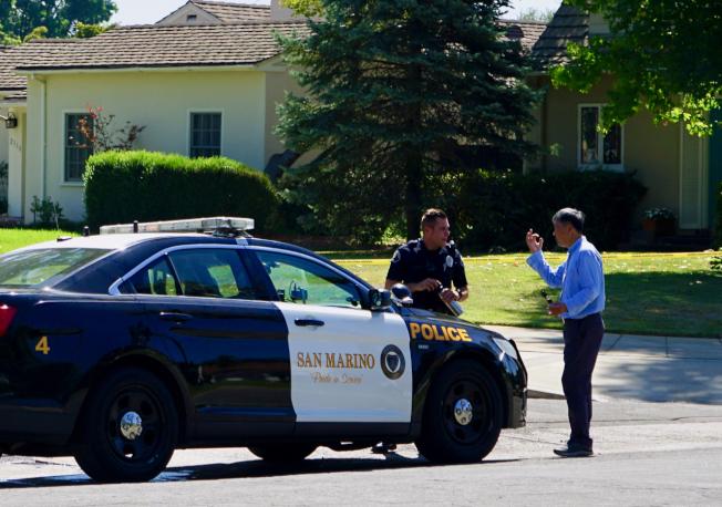 案發地點附近有不少華裔居民。圖為華裔居民向警方詢問案情。(記者陳開/攝影)