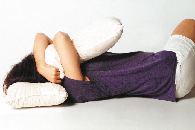 失眠的成因複雜,睡姿不良也可能是原因之一。(本報資料照片)