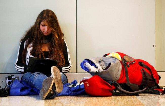 一名德國旅客在澳洲雪梨機場航廈等待登機。(路透)