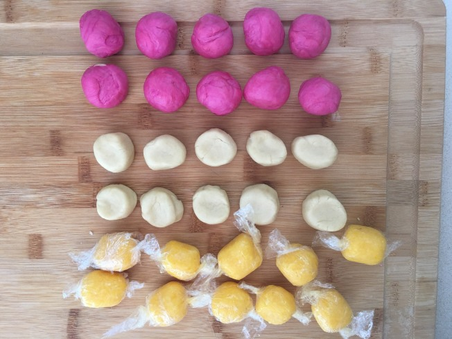6.將油酥和粉色水油皮,搓條並切成10等份,再搓成球型蓋在保鮮膜下。