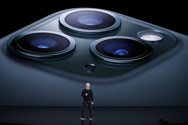 蘋果執行長庫克日前發表配備三鏡頭的iPhone 11 Pro。(路透)