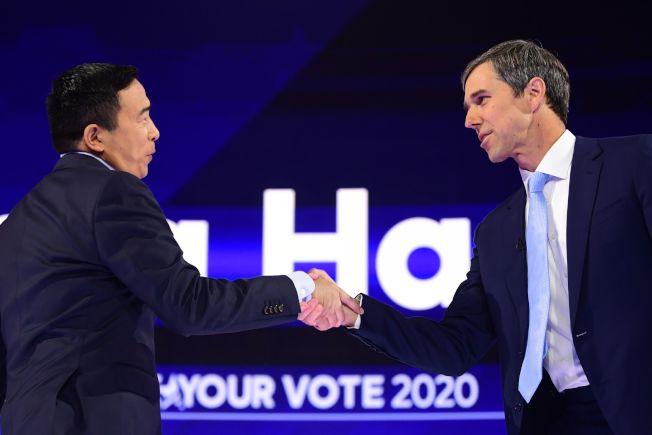 華裔參選人楊安澤(左)與地主德州前眾議員歐洛克握手。(美聯社)