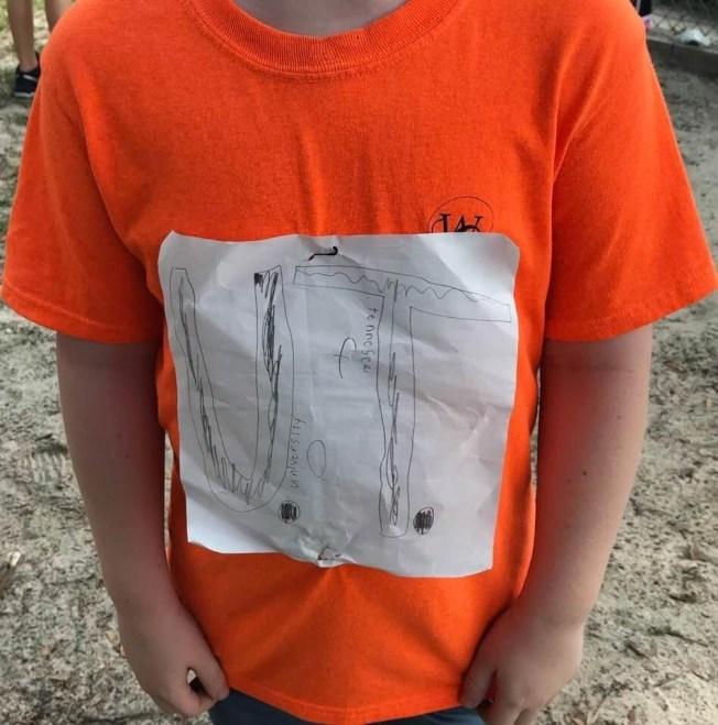 佛州一名小學生用白紙畫上校名釘在衣服上遭同學訕笑,田納西大學宣布將提供他四年獎學金。(圖取自Laura Snyder臉書)
