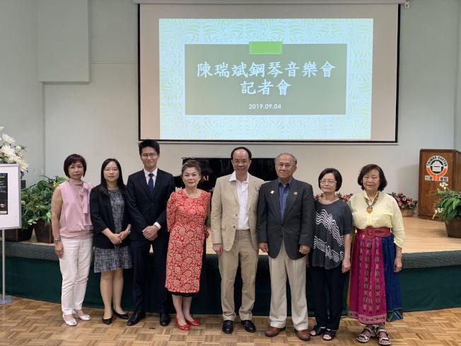 鋼琴大師陳瑞斌先生(左五)。