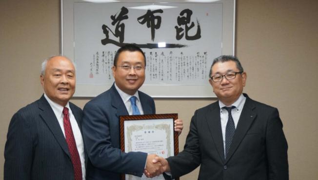 許氏參業創辦人許忠政先生及總裁許恩偉受頒感謝狀。