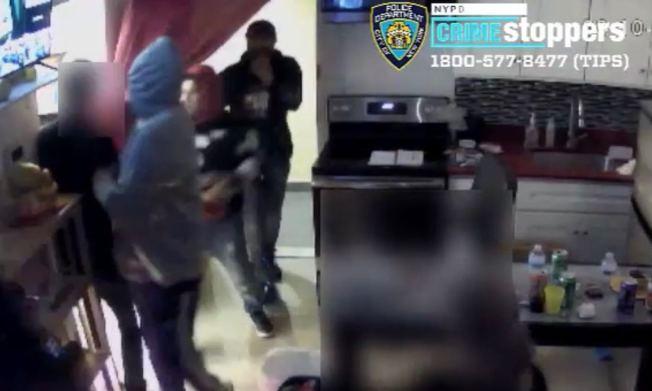 四名男子日前涉嫌持槍搶劫一戶法拉盛民宅,搶走七部老虎機。(市警提供)