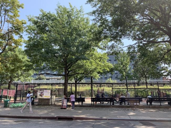 40路遊樂場除有娛樂設施,另設飲水機和長凳,每日皆有居民入內使用。(記者賴蕙榆/攝影)