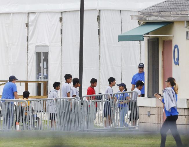 川普政府推出新規後,官員表明無人陪伴的移民兒童不能豁免,同樣需在第三國申請庇護。圖為在佛州被關押的移民兒童。(美聯社)