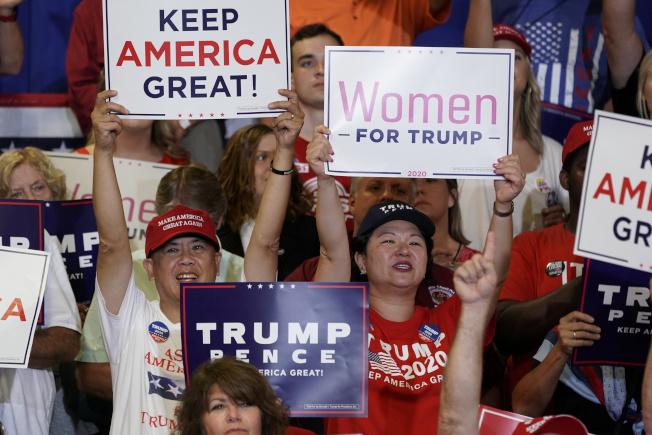 川普日前到北卡羅來納州造勢,支持者舉牌相迎。(路透)