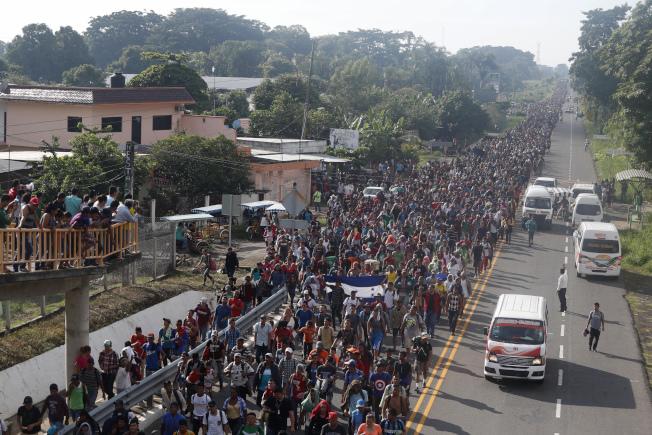 圖為美墨邊界的移民人龍。(美聯社)