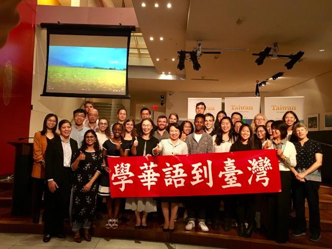 美國大學生在台北經文處分享留學經歷。(記者鄭怡嫣 / 攝影)