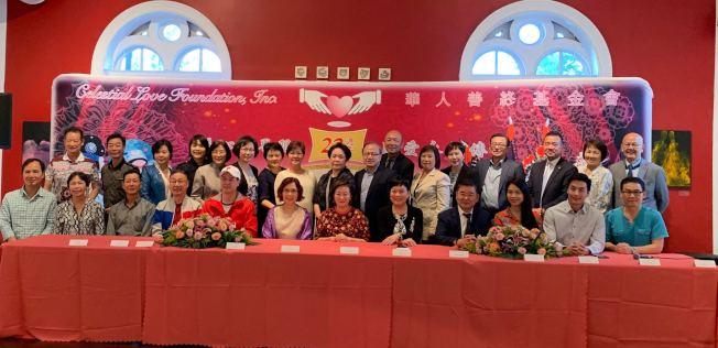 陳麥潔明(前排左八)表示,「粵韻名劇會知音」籌得善款將幫助華裔後代接受中國文化的教育。(記者牟蘭/攝影)