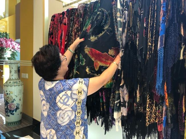 艾群展示她的服裝。(記者張宏/攝影)