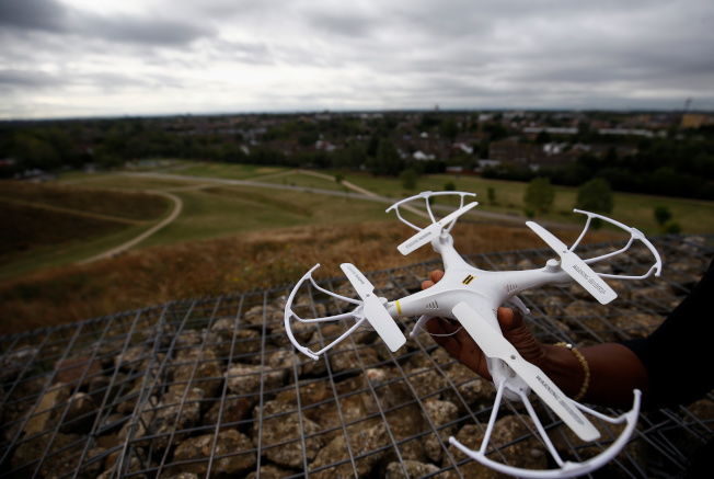 環保組織「希斯洛暫停」準備在機場禁航區內操控玩具無人機,干擾並迫使全歐最繁忙的倫敦希斯洛機場關閉。(路透)