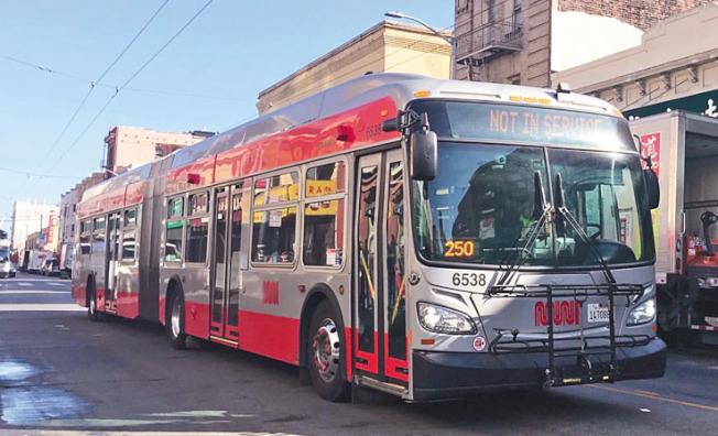 近日經常在舊金山街道上看見暫停服務的公車(圖)。(記者李秀蘭╱攝影)