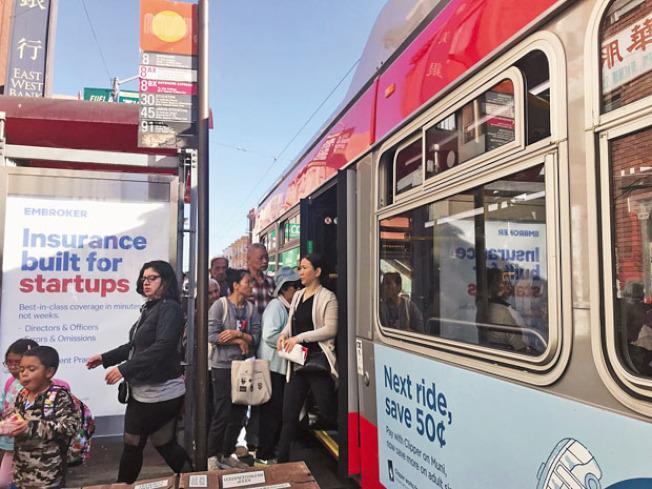 8號公車往返華埠及訪谷區,華裔乘客量高達80%。(記者李秀蘭╱攝影)