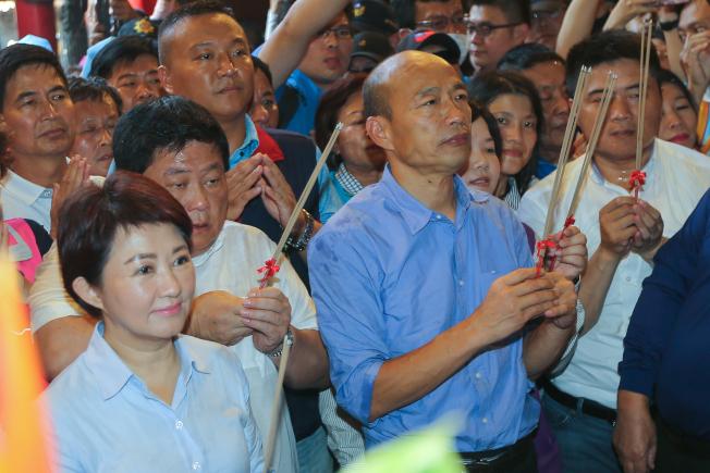 去年市長選舉時,盧秀燕(左)與韓國瑜(右)曾同往大甲鎮瀾宮參香。(本報資料照片)
