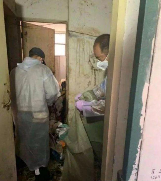 工人從沈童家清理出大量垃圾。   (取材自北青深一度)
