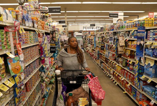 聰明規畫生活雜貨採買,可省下大筆錢。(路透)