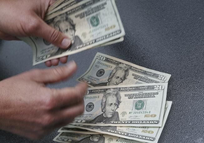 「財務獨立,提早退休」的挑戰除了要累積足夠財富,若在40幾歲或甚至30幾歲退休,還得面臨退休後的漫漫時間。(Getty Images)