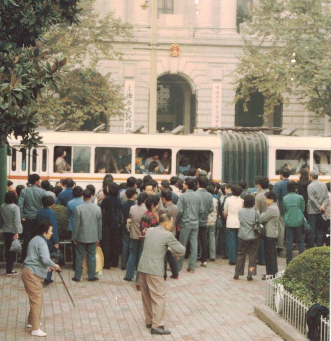 作者八○年代攝於上海市人民政府大樓前。
