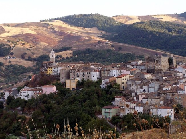 義大利莫利塞大區政府為阻止人口日漸稀少、社區逐步走向衰亡,宣布只要搬進106個人口不足的村莊,接下來3年就可拿到每月2萬4000台幣(700歐元)的津貼。圖為莫利塞大區圖法拉(Tufara)畫面翻攝:INSIDER
