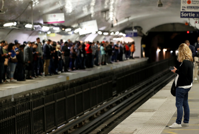 巴黎大眾運輸工會13日發動大規模罷工。圖為巴黎北站的旅客大排長龍等車。路透
