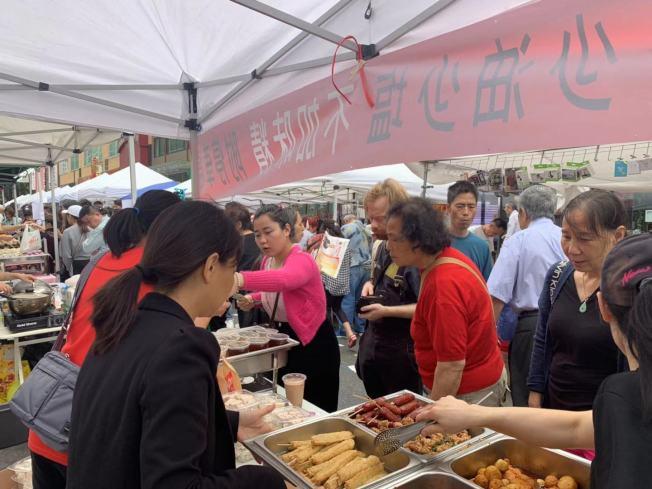 臭豆腐與鹽酥雞用味吸引民眾駐足。(記者牟蘭/攝影)