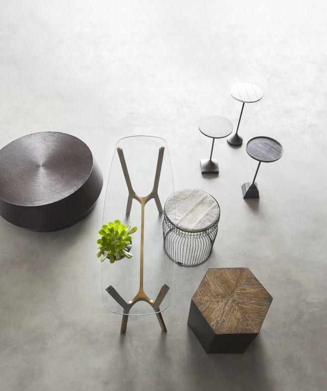 穿透性佳的玻璃桌面或金屬線材的桌、椅腳,可有效增加地板可視面積。圖/Crate and Barrel提供