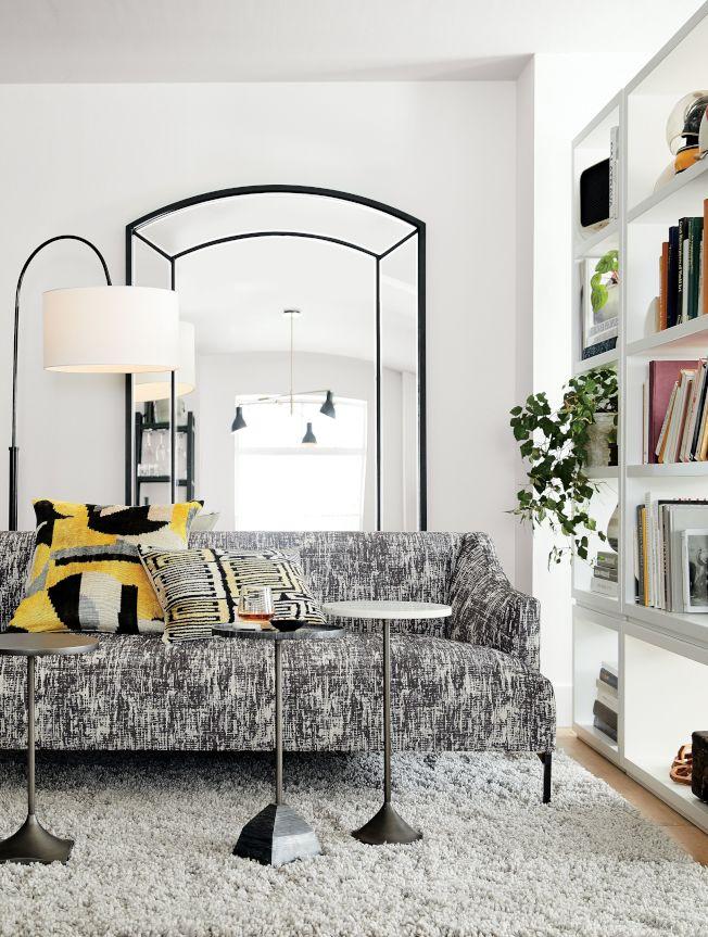 侷限空間在家具選購上,可運用邊桌取代茶几咖啡桌。圖/Crate and Barrel提供