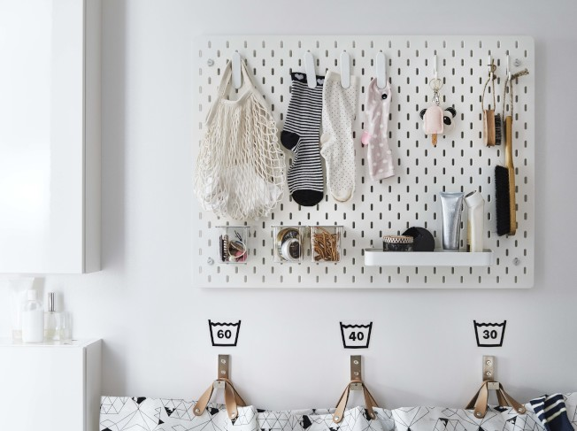 IKEA SKADIS收納壁板可安裝在木工台旁或浴室、玄關、辦公室、書桌等牆面,充分運用牆面收納空間。圖/IKEA提供