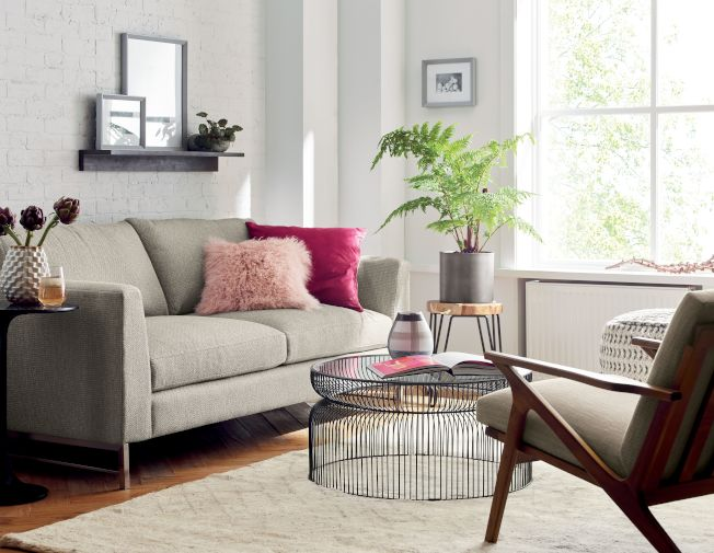 侷限空間在家具採購上,可選擇穿透性佳的玻璃桌面或金屬線材的桌、椅腳,增加地板可視面積。圖/Crate and Barrel提供