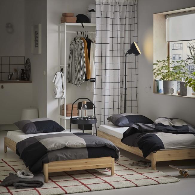 松木製的IKEA UTÅKER疊床可變化成雙人床、轉角沙發,不需使用時也能堆疊成單人床,2件裝售價4,390元。圖/IKEA提供
