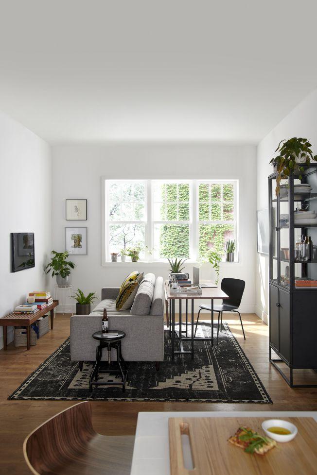 侷限的空間坪數應用,利用可延伸的餐桌,規畫出一個娛樂、餐飲、工作皆能使用的共同空間,圖為變身客書房。圖/Crate and Barrel提供