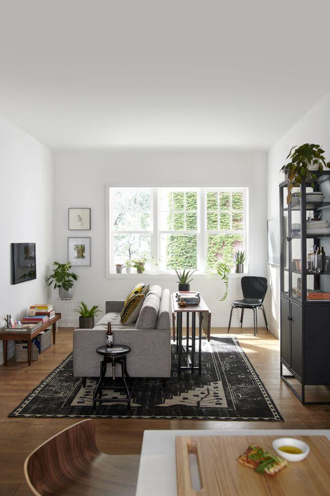 侷限的空間坪數應用,利用可延伸的餐桌,規畫出一個娛樂、餐飲、工作皆能使用的共同空間,圖為變身客餐廳。圖/Crate and Barrel提供