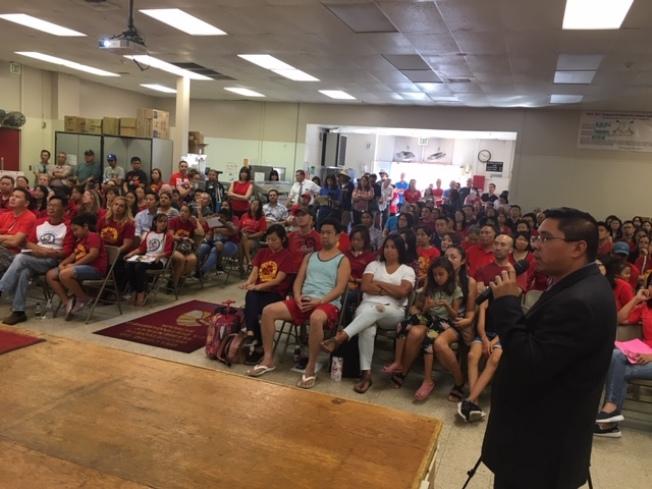 當天不少民衆身穿代表韋奇沃思小學的紅色上衣,支持學校改建和擴建工程,反對罷免學區教委。(記者楊青/攝影)