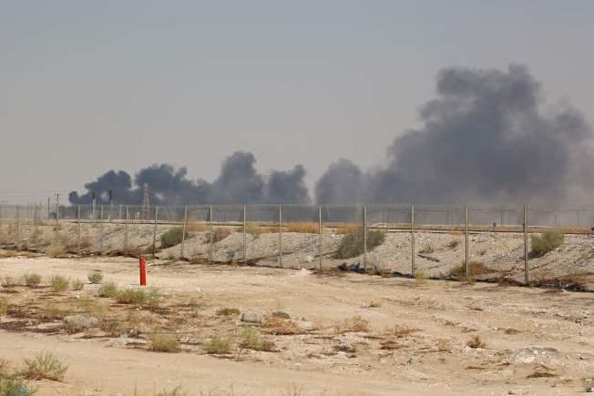 沙烏地阿拉伯證實,無人機14日攻擊沙烏地阿拉伯國家石油公司的兩處設施,將導致沙國每日油產量大減570萬桶原油或50%。美聯社