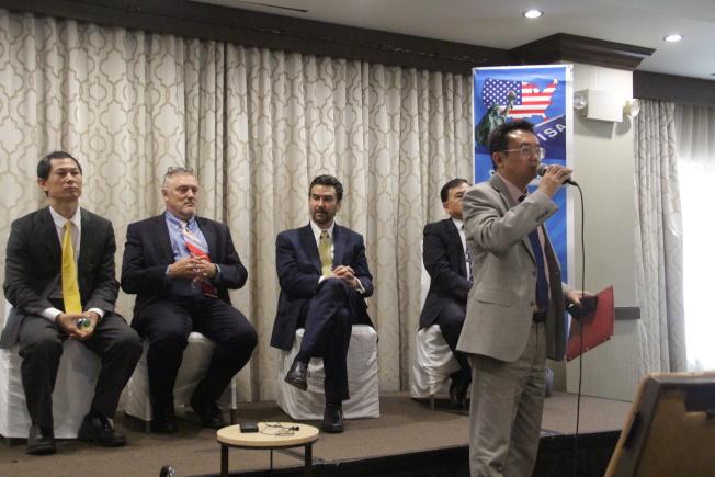 五名律師在現場為大批民眾解惑。(記者賴蕙榆/攝影)