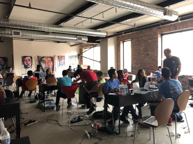 超過80名高中生參與黑客松活動。(記者顏潔恩/攝影)