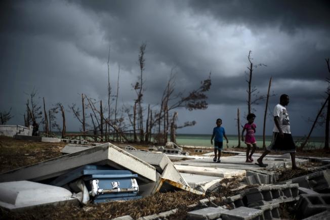 聯合國秘書長古特雷斯13日前往遭「怪獸級」颶風多利安重創的巴哈馬,他直指極端氣候已造成大規模危機。(美聯社)