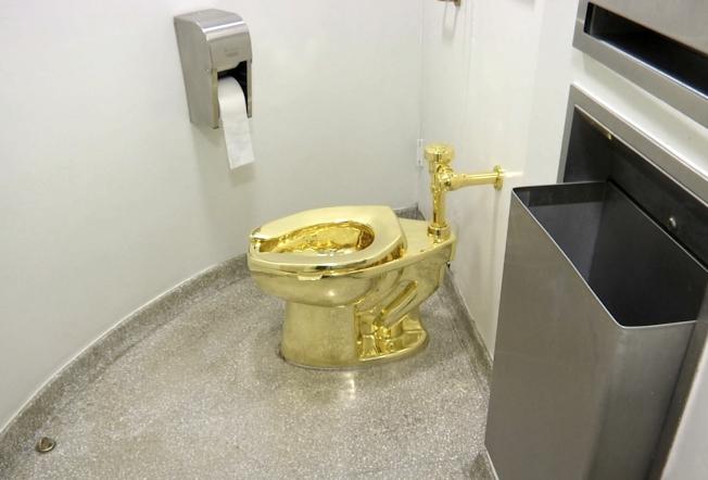 黃金馬桶「美國」在英國前首相邱吉爾故居展出,驚傳遭竊。(美聯社)