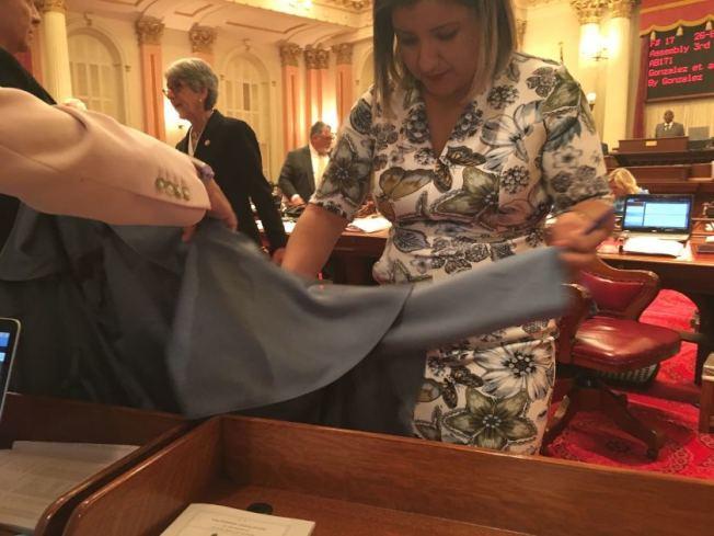 州參議員胡塔度外套被濺到。(洛杉磯時報)