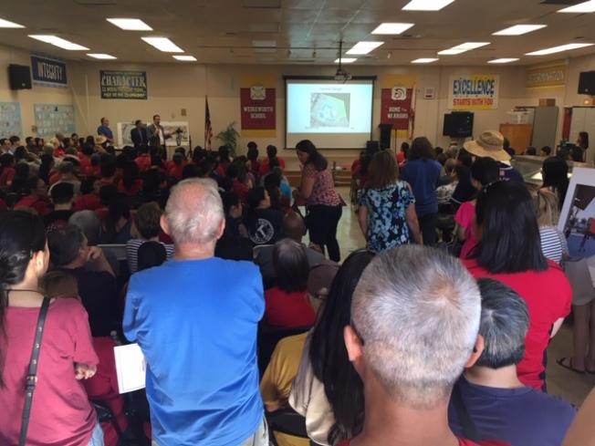 哈仙達岡-拉朋地聯合學區14日在韋奇沃思小學舉辦該校改造擴建計畫第二次公聽會,數百家長和民衆前往旁聽,表達支持和反對意見。(記者楊青/攝影)