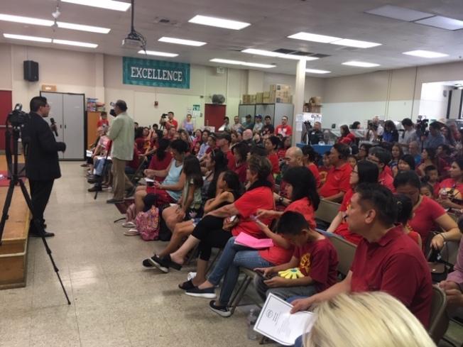 當天不少民衆身穿代表韋奇沃思小學的紅色上衣,表達對學校改建和擴建工程的支持及反對罷免教委行動。(記者楊青/攝影)