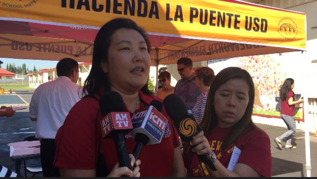 韋奇沃思小學韓裔女校長Paulina Cho(左)表示,她和教師、學生和家長們都希望改造計畫順利通過,學生們的學習環境變好更安全。(記者楊青攝影)