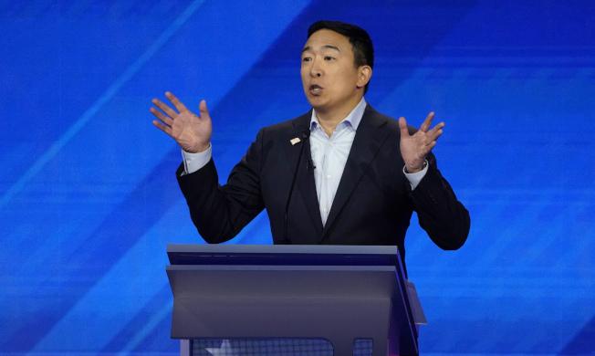 爭取美國民主黨總統提名的楊安澤12日參加在休士頓舉行的民主黨參選人辯論。路透
